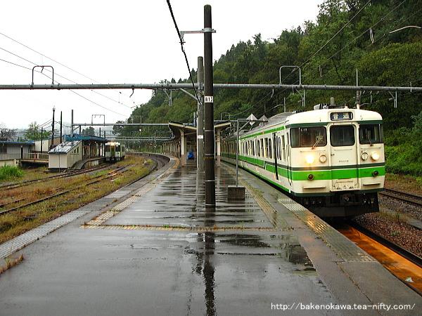越後川口駅を出発する115系電車
