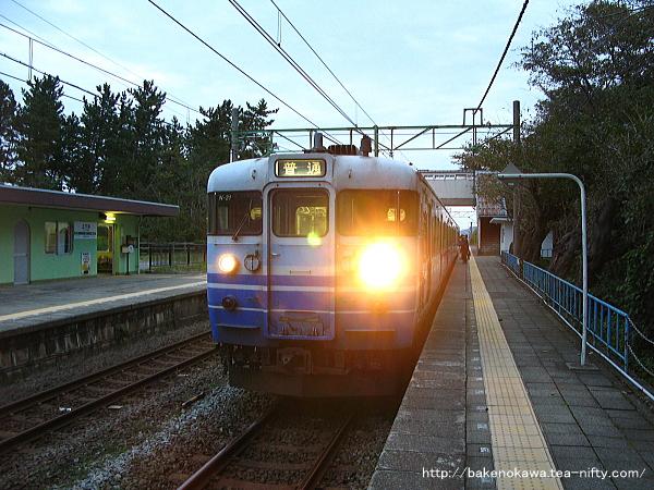 上下浜駅に到着した115系電車
