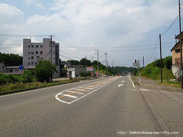 駅付近の国道8号線
