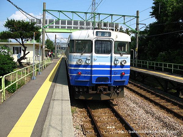 茨目駅に停車中の115系電車その1