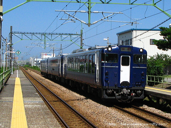 茨目駅を通過する快速「越乃Shu*Kura」