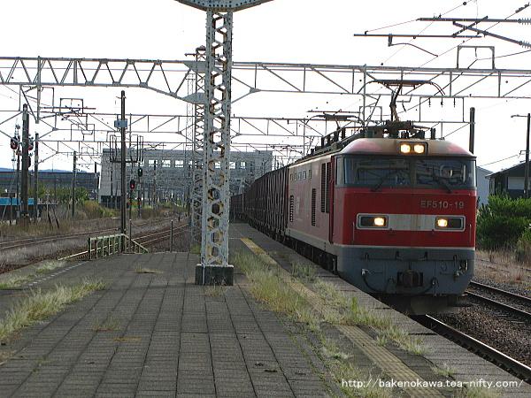 柏崎駅に進入するEF510形電気機関車牽引の貨物列車