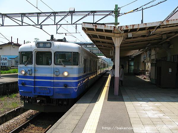 越後堀之内駅に到着した115系電車