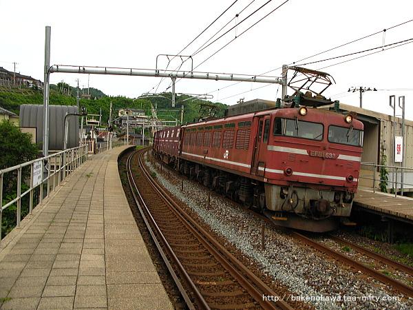 笠島駅を通過するEF81形電気機関車牽引の貨物列車