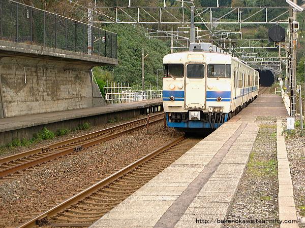 有間川駅に到着した413系電車