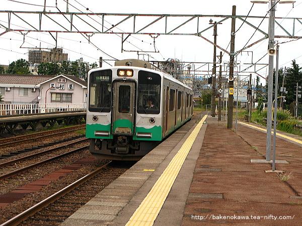 新井駅に進入するET127系電車