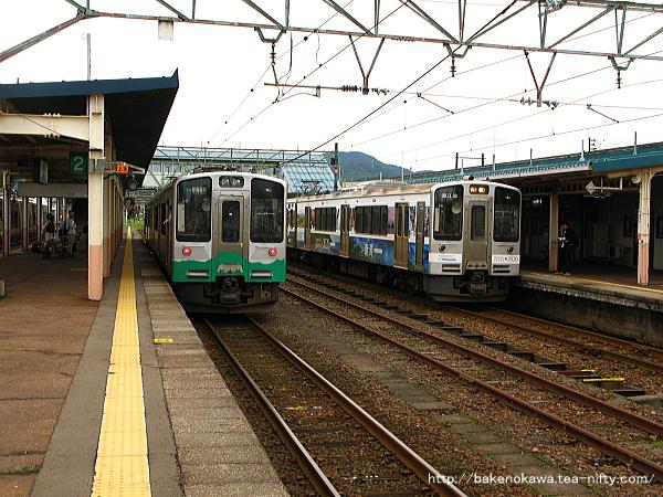 新井駅で列車交換するET127系電車