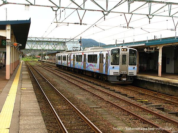 新井駅に停車中のET127系電車