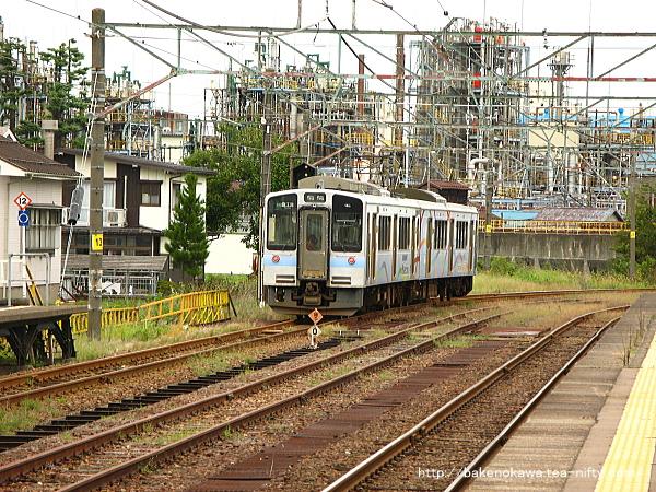 新井駅を出発したET127系電車