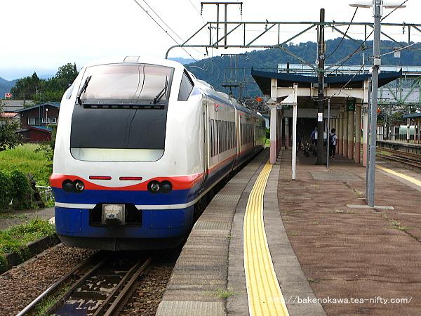新井駅で待機中のE653系電車特急「しらゆき」その2