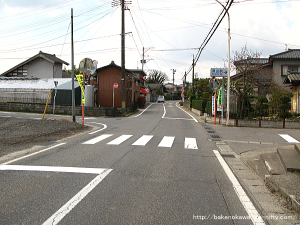 白新線と並走する駅前の県道