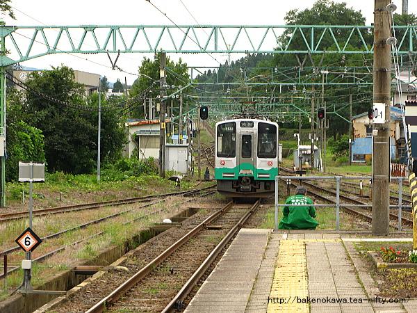 二本木駅を出発したET127系電車