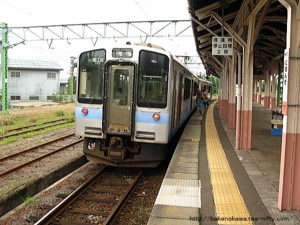 二本木駅に停車中のET127系電車その2
