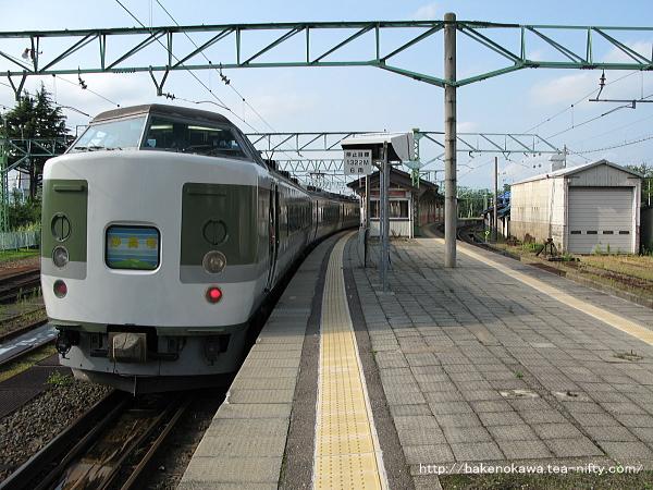 二本木駅に停車中の189系電車「妙高」
