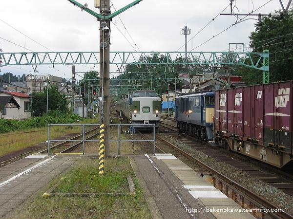 二本木駅に進入する「妙高」と待機中のEF64形電気機関車牽引の貨物列車