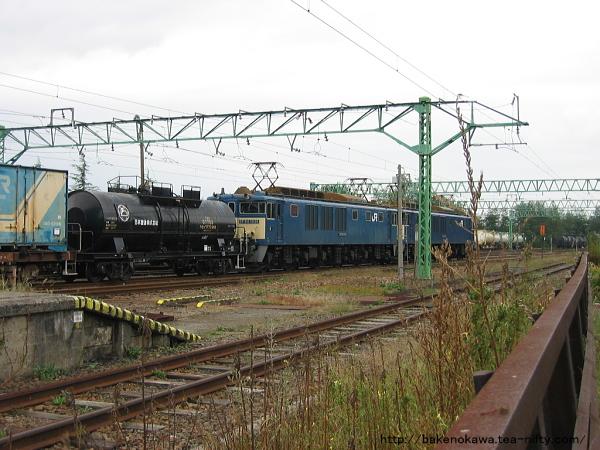 二本木駅に留置中のEF64形電気機関車重連牽引の貨物列車