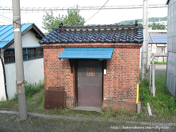 構内のレンガ小屋