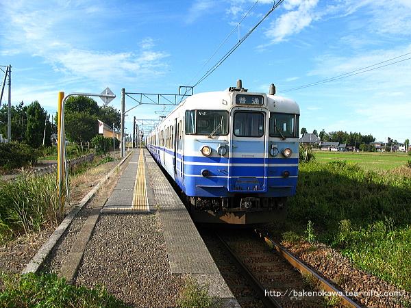 停車中の115系電車新津行