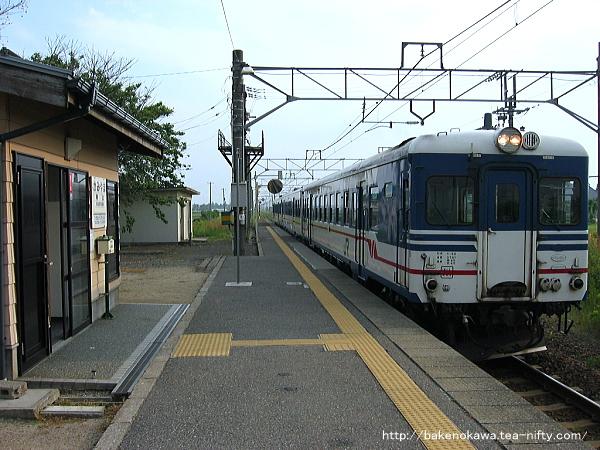 神山駅に到着するキハ52