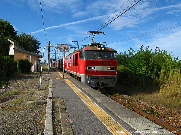神山駅を通過するEF510形電気機関車牽引の貨物列車