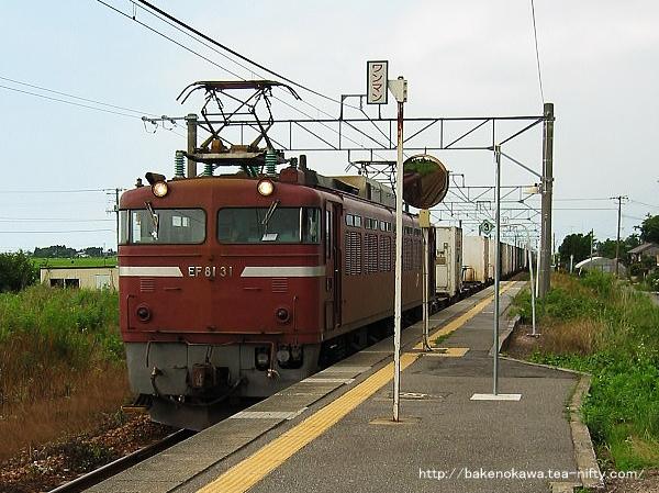 EF81形電気機関車牽引の上り貨物列車が神山駅に進入