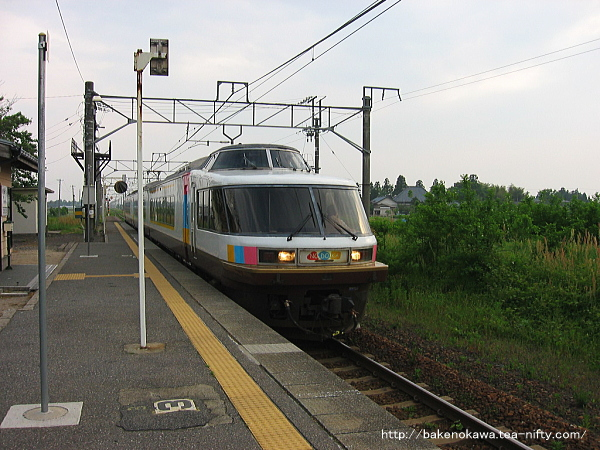 神山駅を通過するジョイフルトレイン「NO.DO.KA」