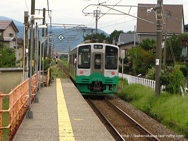 南高田駅を出発したET127系電車