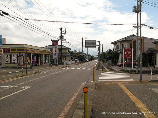 駅近くの県道
