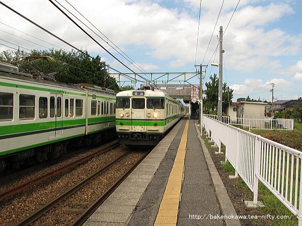 古津駅に停車中の115系電車その2