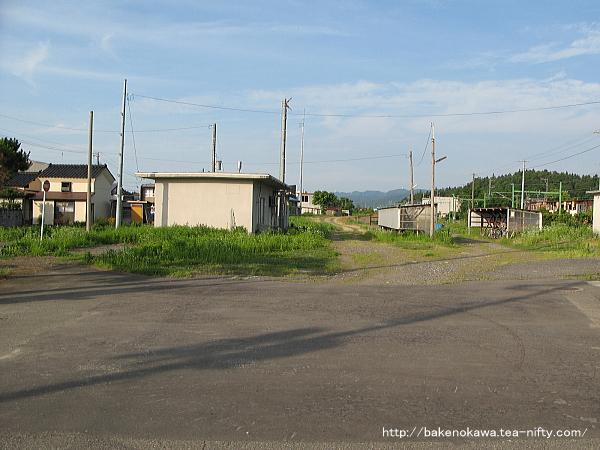 駅前広場から見た旧貨物線