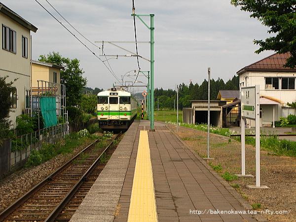 礼拝駅を出発する115系電車その2