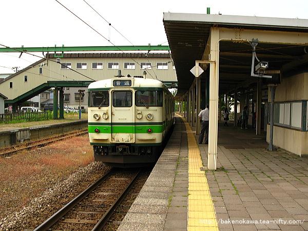 東柏崎駅に停車中の115系電車