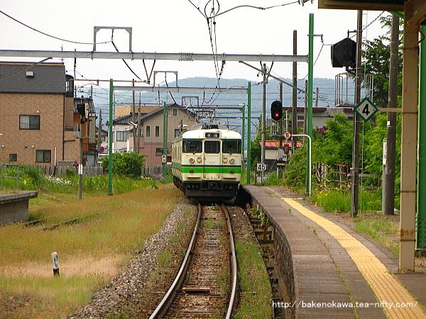 東柏崎駅を出発した115系電車