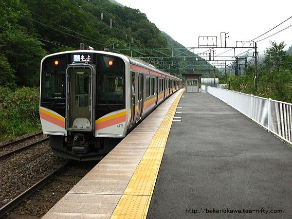 土合駅上りホームに停車中のE129系電車