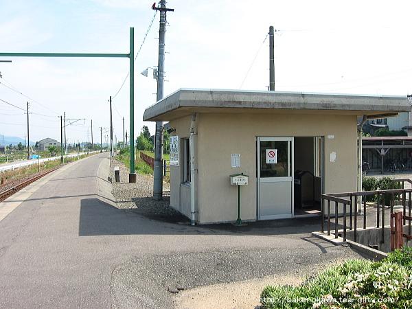 ホームから見た駅舎その1