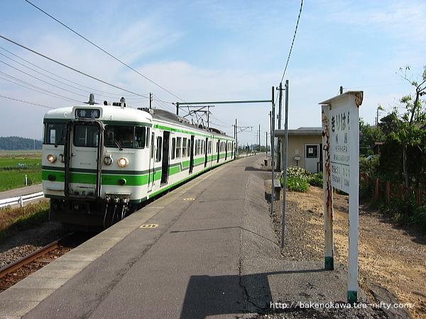 桐原駅に停車中の115系電車