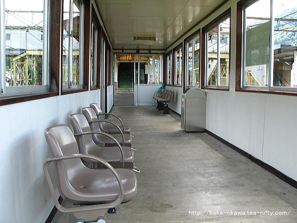 島式ホームの待合室その2