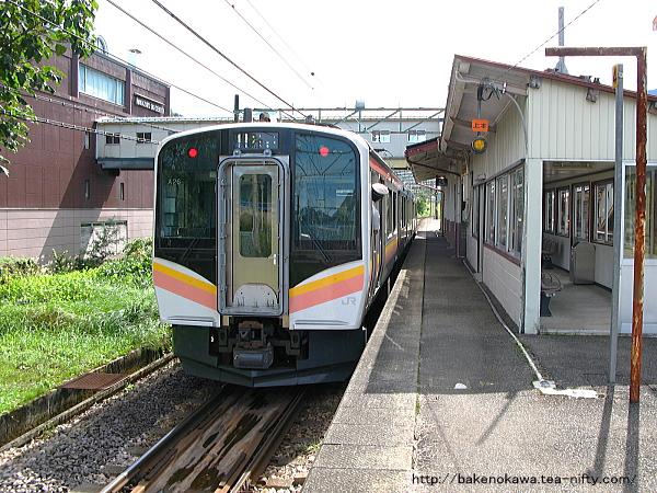 越後中里駅を出発するE129系電車