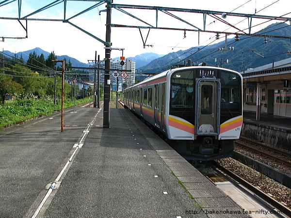 越後中里駅に進入するE129系電車