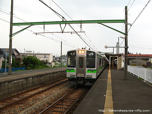 巻駅を出発するE127系電車