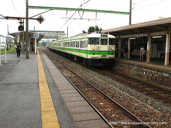 巻駅で待機中の115系電車