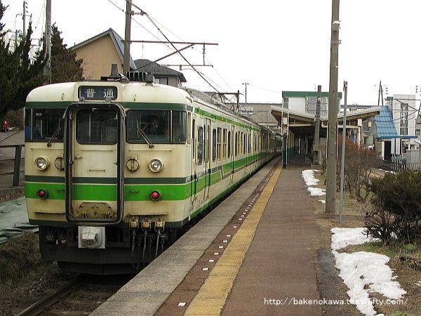 寺尾駅に停車中の115系電車
