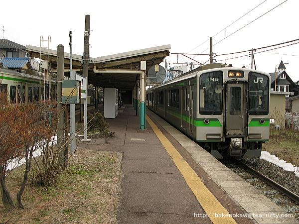 寺尾駅を出発するE127系電車その1