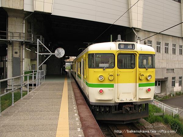 燕三条駅に停車中の115系電車Y編成