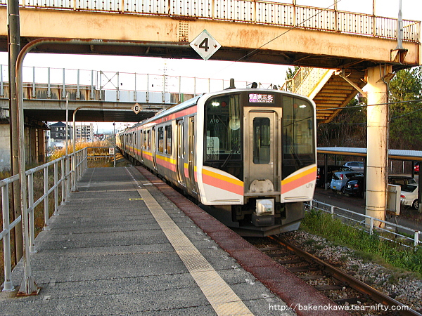 燕三条駅に到着するE129系電車