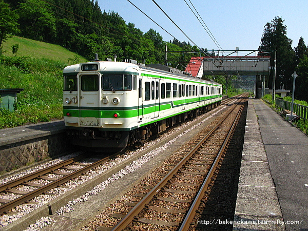 大沢駅に停車中の115系電車その1