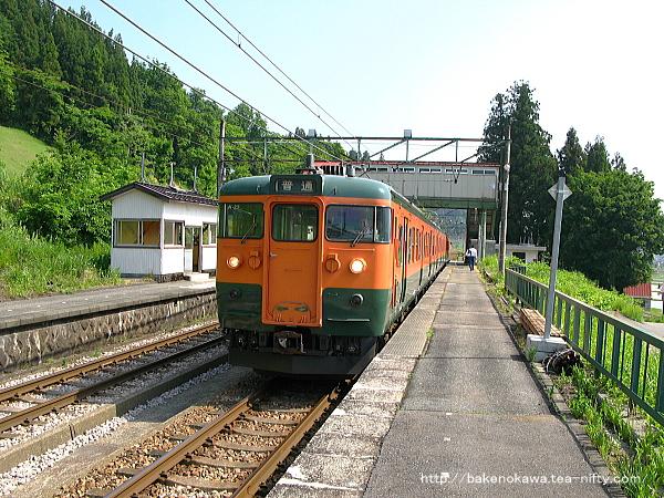 大沢駅に停車中の115系電車その2