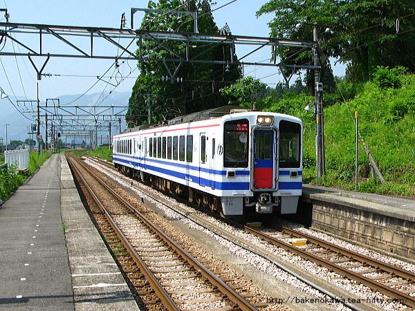 大沢駅を通過するHK100形電車