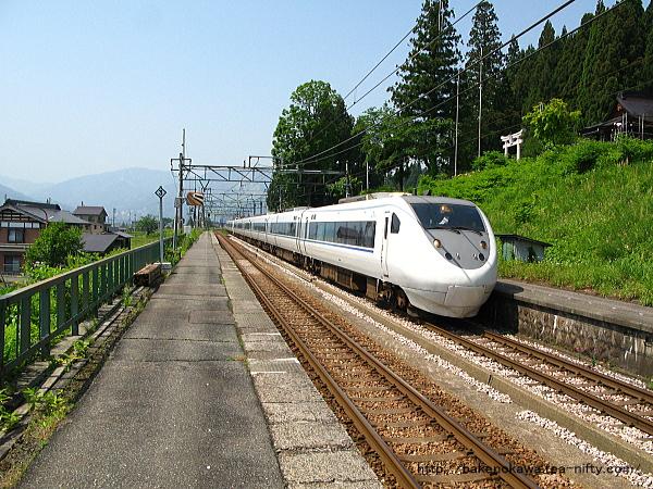 大沢駅に進入する特急「はくたか」