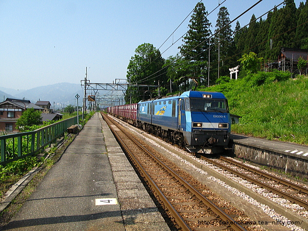 大沢駅を通過するEH200形電気機関車牽引の貨物列車